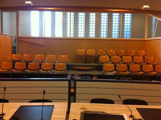 de 27 stoelen van zittingszaal 14